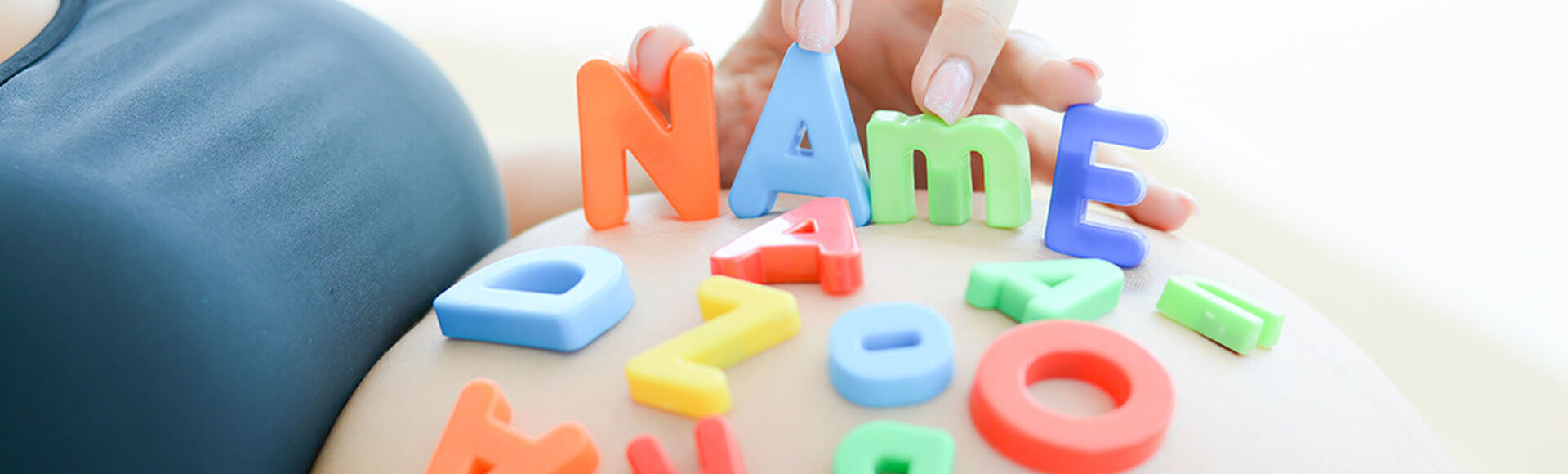 ¿Cómo elegir el nombre de mi bebé según el apellido?    Más Abrazos by Huggies