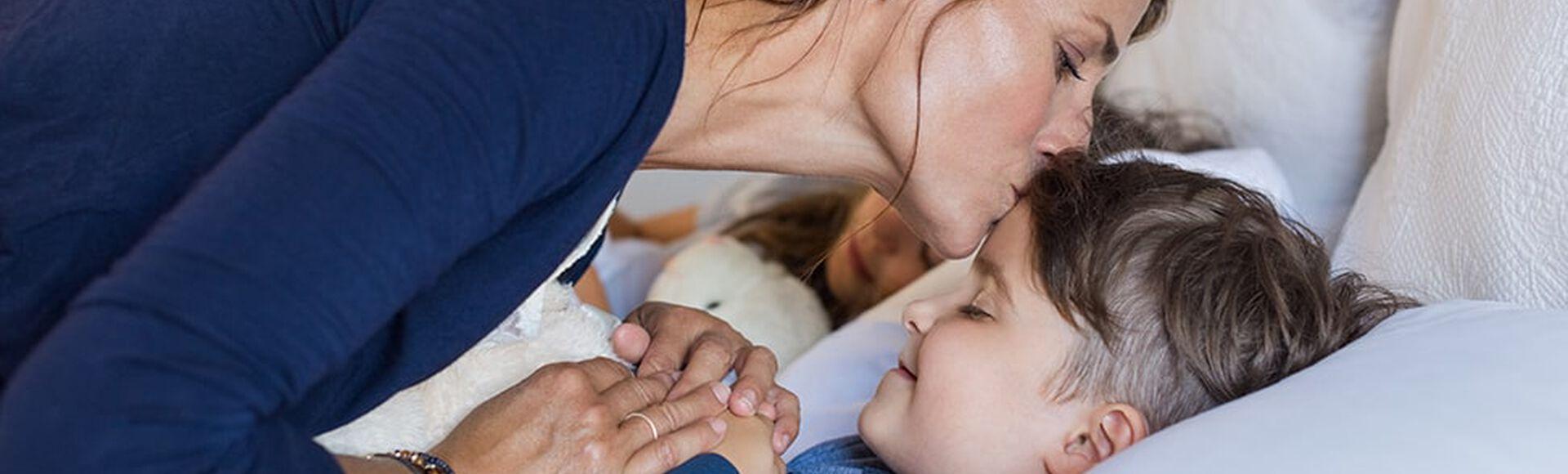 Madre le desea dulces sueños a su hijo